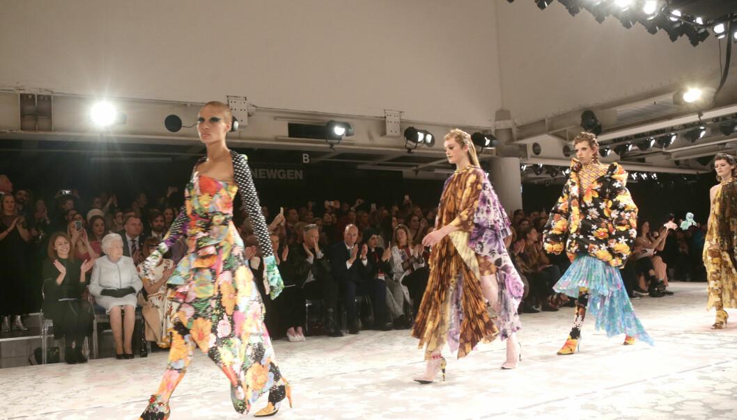 <strong>RETRO:</strong> Den nye kolleksjonen viste blant annet frem lekre kledninger iført et retro blomstermønster. Foto: NTB Scanpix
