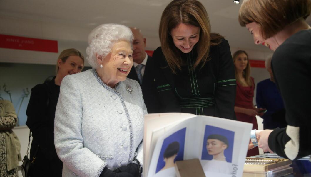 <strong>OMVISNING:</strong> Dronning Elizabeth, ved siden av Caroline Rush, fikk en egen omvisning i showrommene til London Fashion Week. Foto: NTB Scanpix