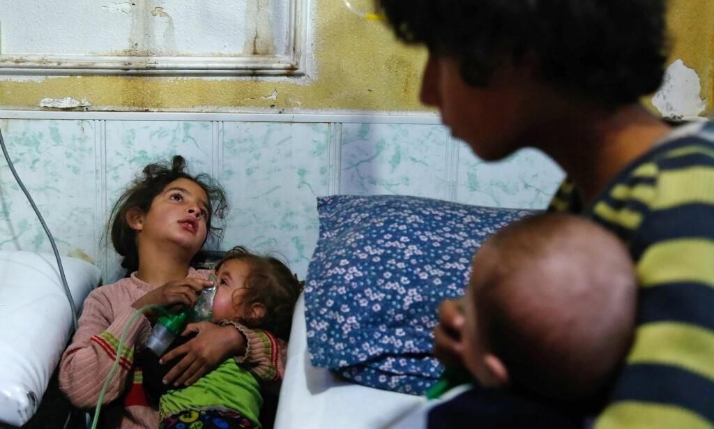 FRYKTER KJEMISK ANGREP: Så seint som søndag fikk sykehus i den opprørskontrollerte bydelen Douma i Øst-Ghouta inn 21 pasienter som de fryktet var blitt utsatt for et kjemisk angrep. Den lille jenta på bildet er en av dem. Det syriske regimet benekter at de bruker kjemiske våpen. Foto: Hasan Mohamed / Afp / Scanpix