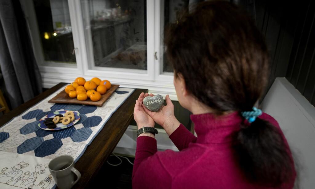 GAVE: Den 46-årige tiltalte kvinnen forteller at steinen hun holder, var en gave fra Angelica på en morsdag for noen år tilbake. Foto: John T. Pedersen