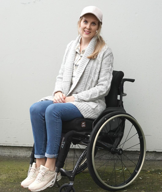 MÅ SE PERSONEN BAK RULLESTOLEN: På datingprofilen uten rullestol, fikk Ine 2000 treff. På profilen med rullestolen, fikk hun kun fem. FOTO: Privat