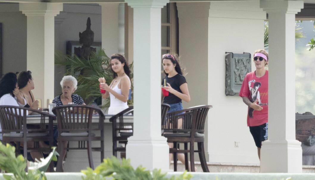 SLAPPET AV: Justin og Selena har tidligere vært kjærester over flere år, og det så ut som om Selena (i hvitt) følte seg hjemme i bryllupsfølget. Foto: Splash News/ NTB scanpix