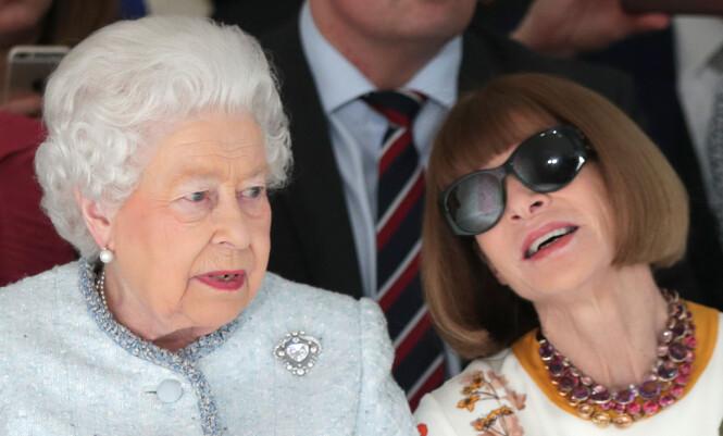 <strong>VAREMERKE:</strong> Solbrillene til Vogue-redaktør Anna Wintour har blitt et varemerke, og hun tar dem sjelden av seg, selv ikke da hun møtte dronning Elizabeth under London Fashion Week. Foto: NTB Scanpix