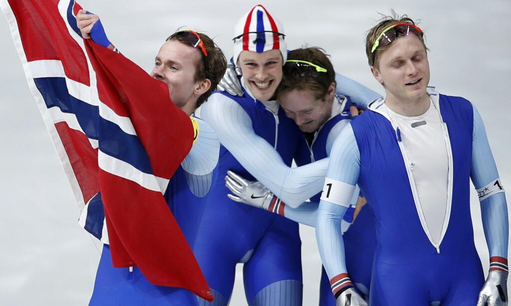 JUBELGUTTER: De norske gutta feiret vilt da de slo hjemmenasjonen Sør-Korea i finalen på lagtempo. Foto: AP Photo/Vadim Ghirda