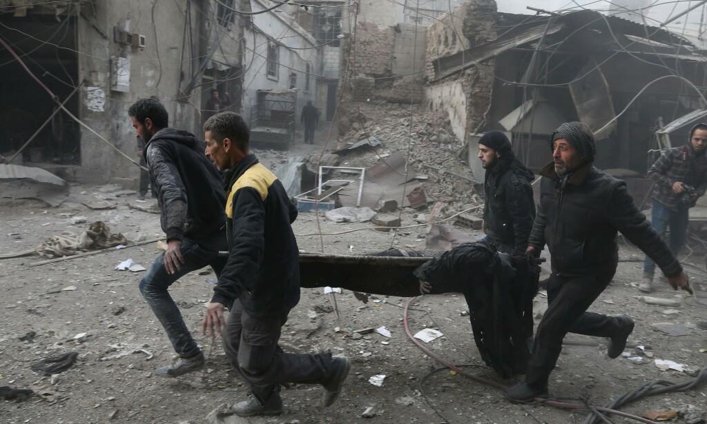 NÆR 300 DREPTE: Folk har begynt å gjemme seg i kjellere i håp om å overleve som en siste overlevelsesstrategi. Foto: AFP / NTB scanpix