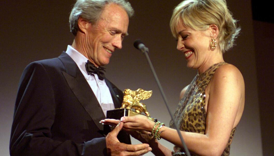 I 2000: Clint Eastwood blir tildelt pris fra Sharon Stone under filmfestivalen i Venezia for snart 18 år siden. Foto: AP/ NTB scanpix