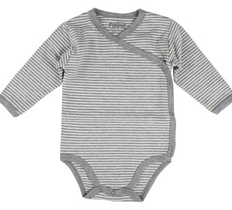 PRAKTISK BABYBODY: Line Andersen hos Barnas Hus slår et slag for omslagsbodyer, som også gjør det mulig å skifte på babyen uten å dra plagget over hodet. Foto: Produsenten