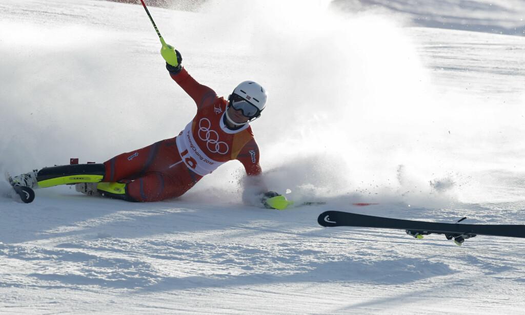 SUSER AVGÅRDE: Jonathan Nordbotten ser den ene skia langt foran seg, og skjønner at dagens renn er spolert. Foto: NTB Scanpix
