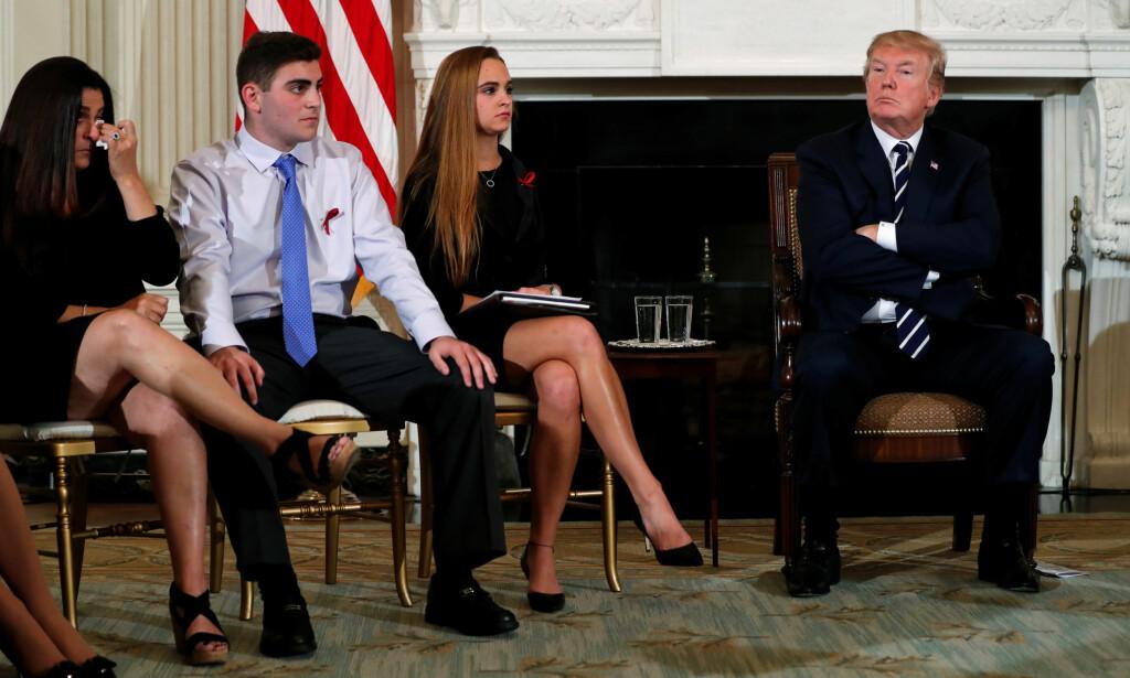MEDFØLELSE: Presidenten uttrykte sin dypeste medfølelse under møtet med pårørende og offer etter skytingen i Florida. Foto: Reuters