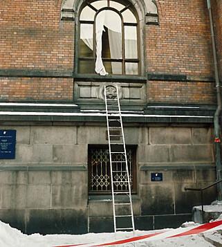 ENKELT: Tyvene klatret opp og knuste ruta da de stjal Skrik. - Organisert kriminalitet i Norge. En stige og hammer, skal en etterforsker på Scotland Yard beskrevet hendelsen som, ifølge boka «Stealing the Scream». Foto: Politiet