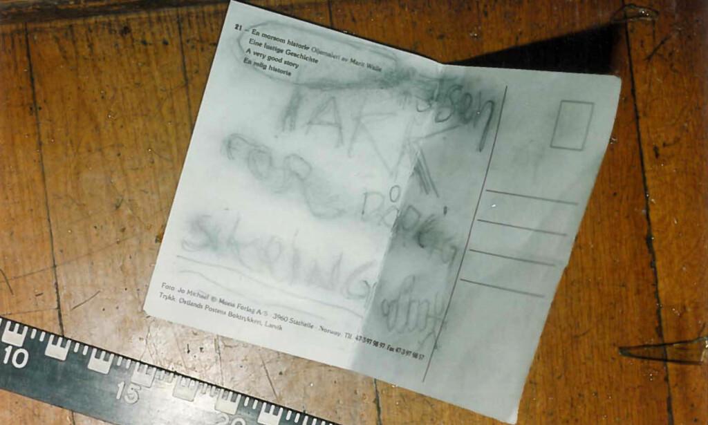 FINGERN: Kunsttyvene la igjen lappen med teksten: Takk for dårlig sikring. De hadde også tegnet på en knyttet hånd som viser pekefingeren til en strekmann. Foto: Politiet.
