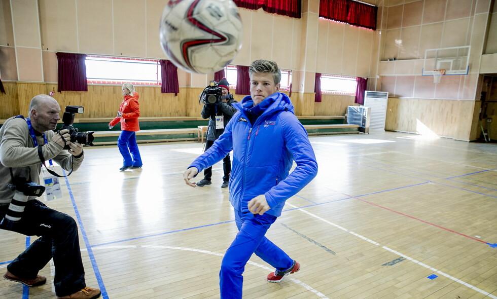 ALLSIDIG TYPE: Johannes Høsflot Klæbo, her i fri utfoldelse med ball på en improvisert pressekonferanse i Sør-Korea, skal ikke gå femmila på lørdag. Foto: Bjørn Langsem