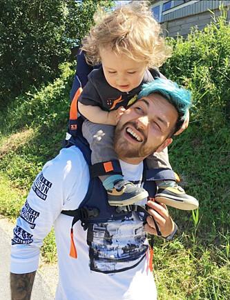 TRIVES I PAPPAROLLEN: Alejandro Fuentes og kona ble foreldre til sønnen Max for to år siden. Han elsker å tilbringe tid med sin skjønne sønn! Foto: Privat