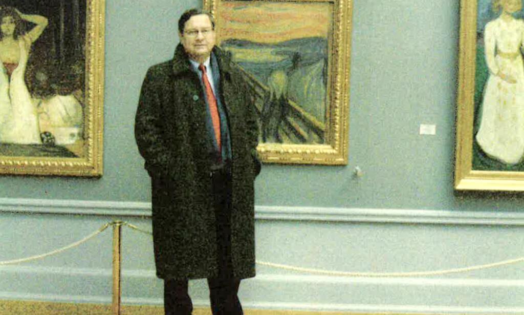 PÅ ÅSTEDET: Charley Hill og Leif A. Lier på museumsbesøk i Nasjonalgalleriet. På veggen bak henger maleriet han var med å skaffe tilbake. Foto: Leif A. Lier.
