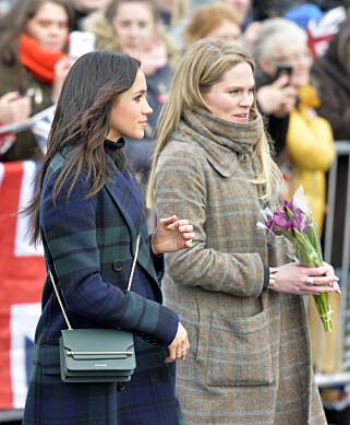 ASSISTENT: Amy Pickerill er ansatt som Meghan Markles personlige assistent. Her holder hun blomster for den vordende bruden under et besøk i Edinburgh forrige uke. Foto: NTB Scanpix
