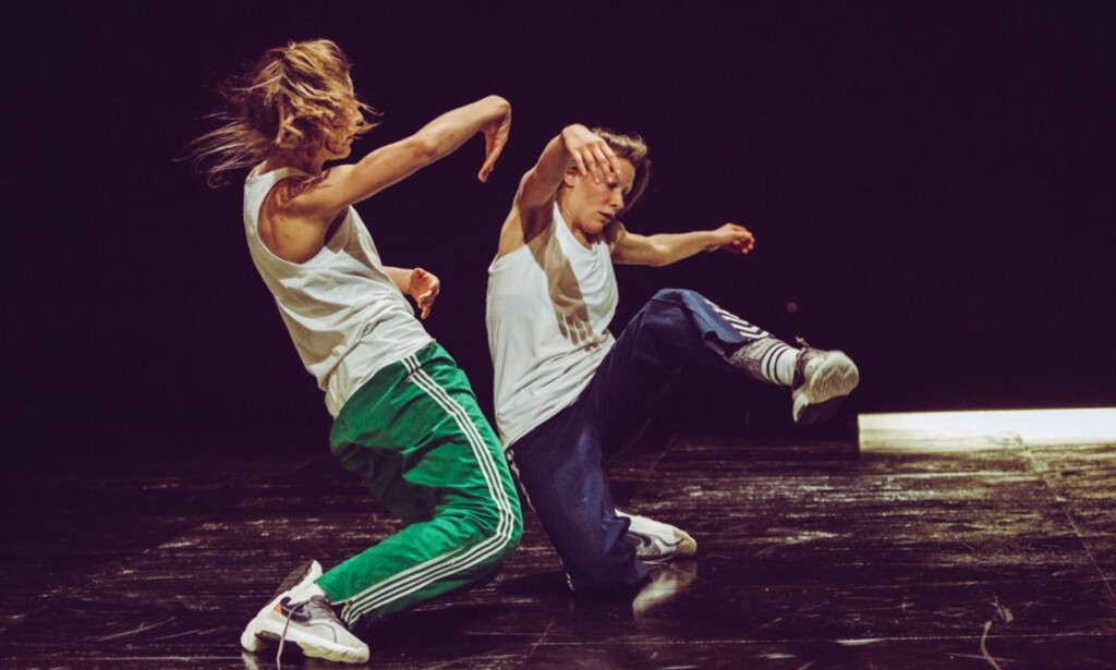 TVILLINGER: Cecilie og Julie Solberg i «Songs of Entanglement». Foto: Tale Hendnes, Black Box Teater