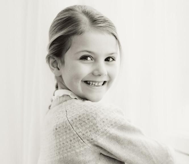 NYE BILDER: Prinsesse Estelle poserer for fotografen i anledning 6-årsdagen. Foto: Erika Gerdemark / Kungahuset.se