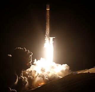BANEBRYTENDE: Raketten som ble sendt opp denne uka, skal i framtida kunne gi folk raskere og billigere internett. Foto: Reuters / NTB Scanpix