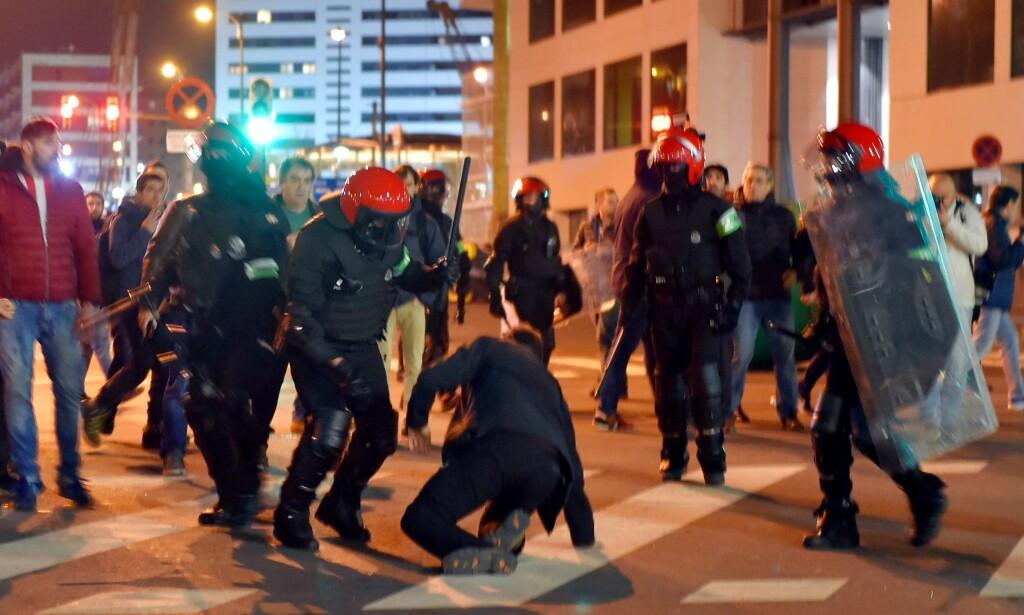 SAMMENSTØT: Politiet barker sammen med supportere i Bilbao. Foto: AFP PHOTO / ANDER GILLENEA / NTB Scanpix