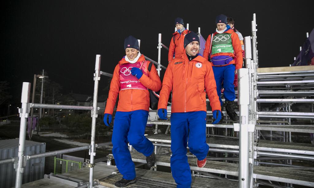 OVERRASKENDE TAP: Emil Hegle Svendsen (foran t.h) og de andre sølvvinnerne på dagens herrestafett i skiskyting på vei til pressekonferanse etter løpet. Norge var storfavoritter til å vinne, men måtte se seg slått av Sverige. For Emil ble det et nytt mareritt på sisteetappen, som i Sotsji i forrige OL.