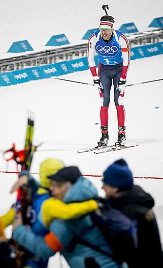 SURT: Emil Hegle Svendsen må se at de svenske gutta jubler for OL-gull mens han selv glir inn til norsk sølvmedalje.