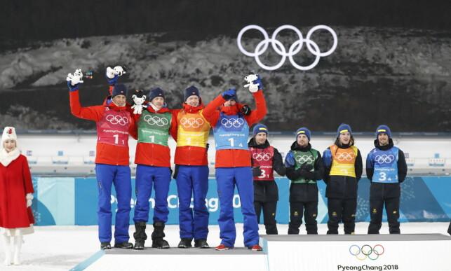 IKKE ØVERST: Norge kom på andreplass på skiskytterstafetten. Her har de fått sine OL-maskoter, mens de svenske gutta venter på å bli ropt opp som olympiske mestre.