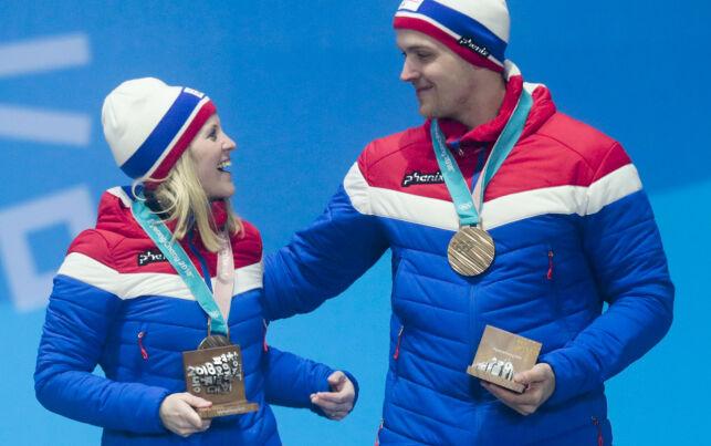 Pyeongchang, Sør-Korea 20180224. Kristin Skaslien og Magnus Nedregotten mottar medalje for mix curling på Pyeongchang Medals Plaza i Pyeongchang.  Foto: Lise Åserud / NTB scanpix