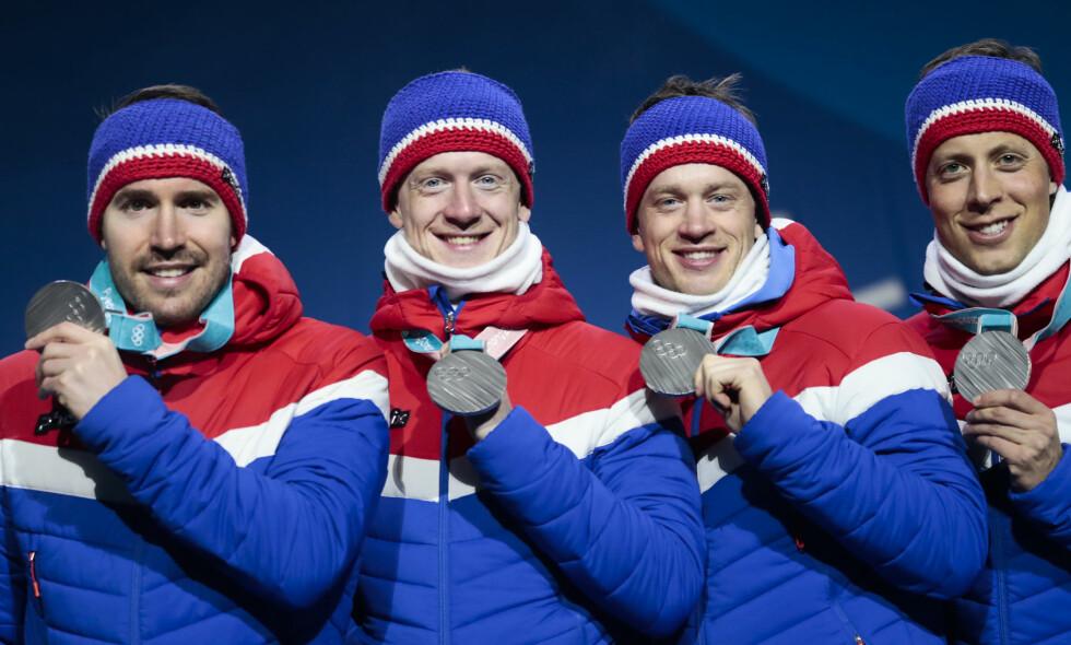 SØLVGUTTENE: Emil Hegle Svendsen (f.v), Johannes Thingnes Bø, Tarjei Bø og Lars Helge Birkeland fikk i dag sine sølvmedaljer fra OL-stafetten i skiskyting i går. Gutta reiser hjem til Norge allerede i dag. Foto: Lise Åserud / NTB Scanpix