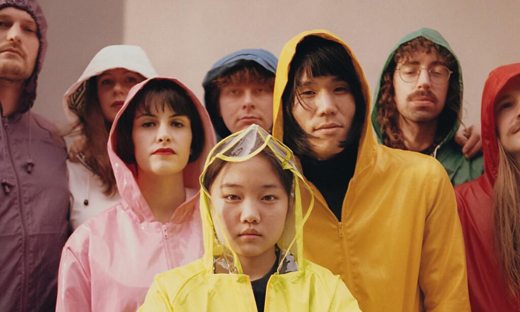 KOSMOPOLITTER: Superorganisms åttemedlemmer har røtter i England, Japan, Sør-Korea, Australia og New Zealand, og lager musikk som er like overstimulerende som internettet som brakte dem sammen, skriver vår anmelder. Foto: Promo.