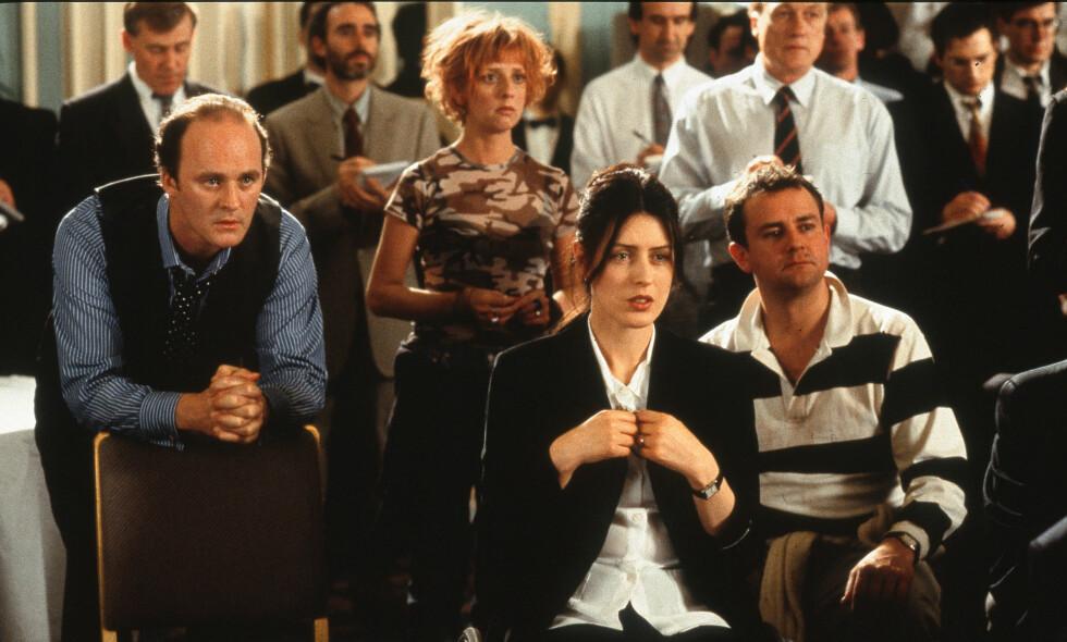 GÅTT BORT: Skuespiller Emma Chambers (rødt hår) er død. Her er hun avbildet sammen med flere av skuespillerne i «Notting Hill». Foto: NTB Scanpix