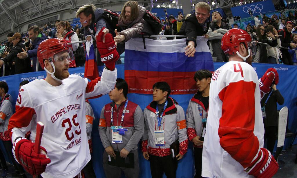 UTESTENGT: Russiske OL-utøvere er utestengt, men 168 utøvere har fått delta i lekene som «uavhengige utøvere fra Russland» (OAR). Her er russiske hockeyspillere på kamp med fans fra hjemlandet til stede. Foto: NTB scanpix