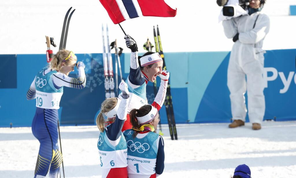 USIKKER: Stina Nilsson - bak Marit Bjørgen som blir holdt på gullstol - visste ikke at hun spurtet om en bronsemedalje. Foto: Bjørn Langsem/Dagbladet