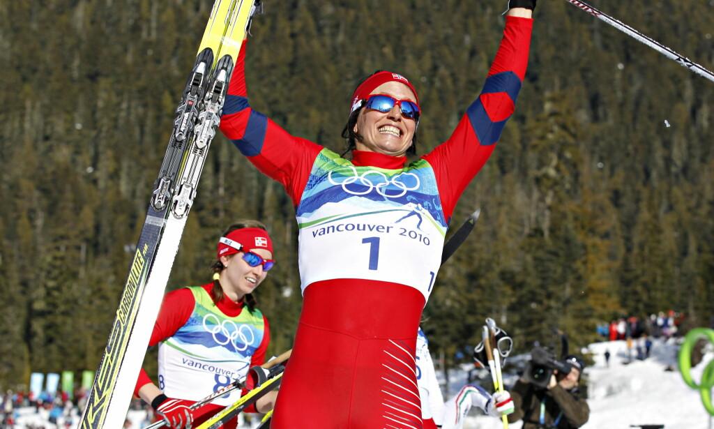 OL-GULL: Marit Bjørgen vant sitt første OL-gull i Vancouver for åtte år siden. Bak ser vi Celine Brun-Lie. Foto: Arnt E. Folvik.