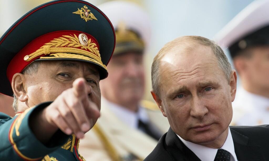 SATSER: Russlands president Vladimir Putin har uttalt at Russlands missiler må kunne «trenge gjennom alle eksisterende og fremtidige rakettskjold». Her avbildet sammen med landets forsvarsminister Sergej Sjojgu. Foto: FOTO: Alexander Zemlianichenko / AP / NTB Scanpix