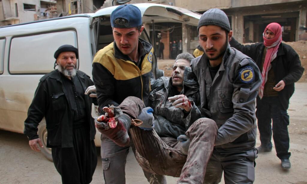 OFFER FOR ASSADS BOMBER: En skadd syrer bringes i sikkerhet i Øst-Ghouta. Foto:Hamza Al-Ajweh/ AFP/Scanpix NTB