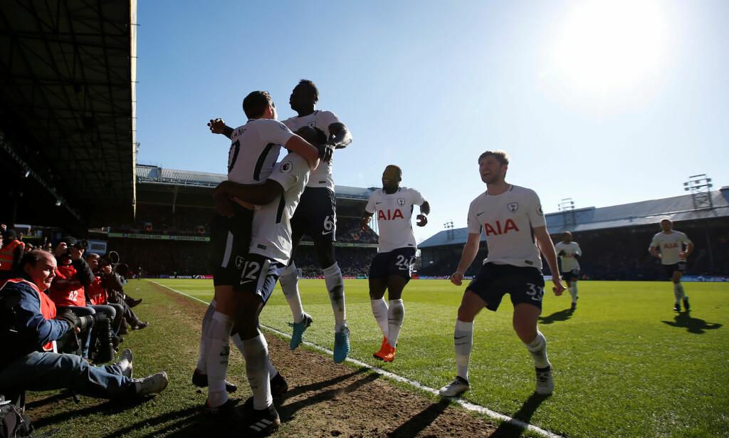VIKTIGE POENG: Harry Kane sikret seier for Tottenham i sluttminuttene mot Crystal Palace og Alexander Sørloth. Foto: Reuters/Paul Childs/NTB scanpix
