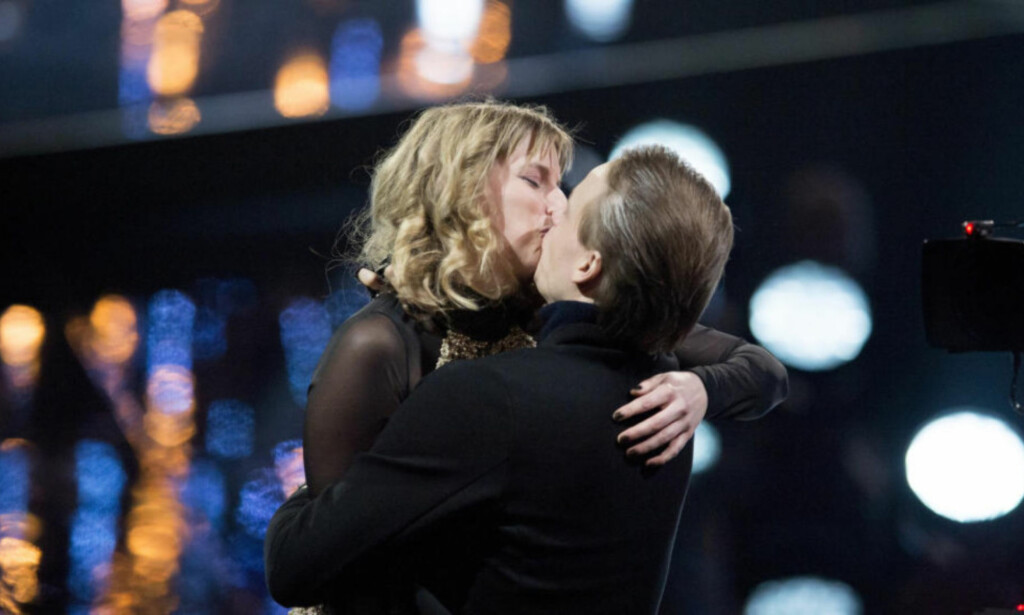 KLINTE TIL: Beglomegs Raymond T Hauger kysset Susanne Sundfør under Spellemannprisen for to år siden. Foto: NTB Scanpix