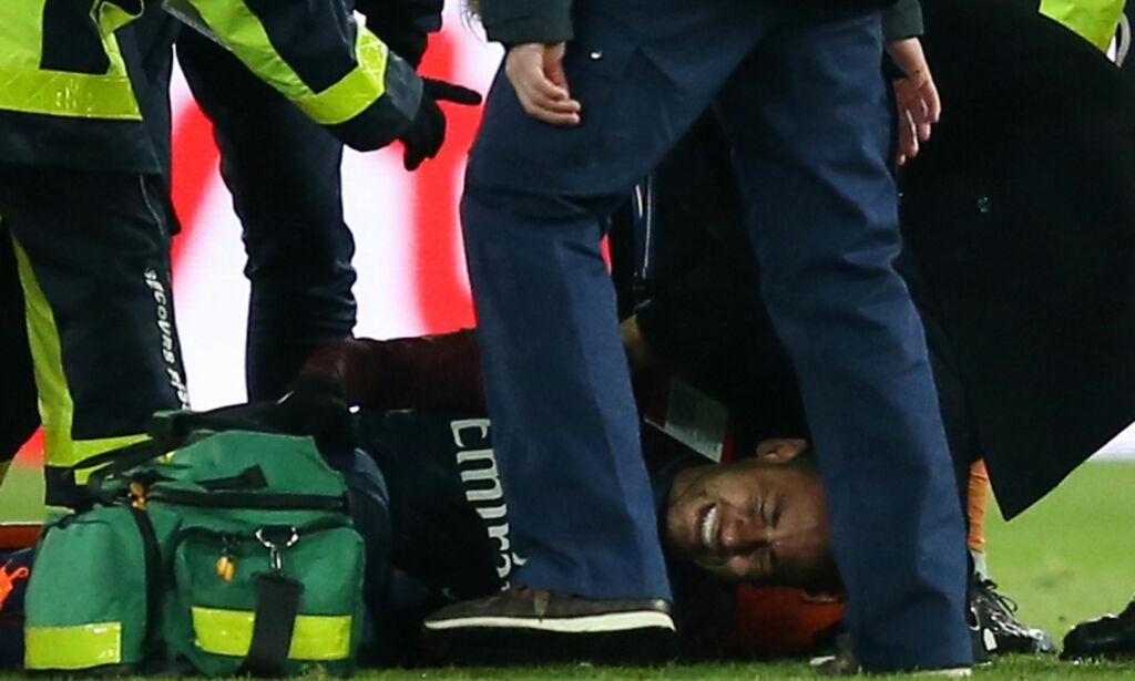 image: Neymar gråt av smerte. Båret av banen