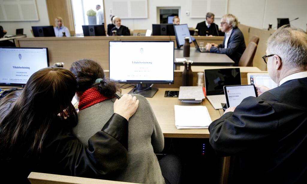 TRØST: Den tiltalte 46-åringen søker trøst hos forsvarer Ann Turid Bugge under rettssaken. Foto: Nina Hansen / Dagbladet