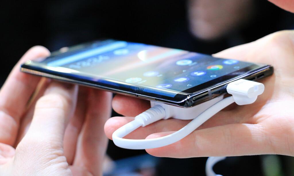 SETT DET FØR: Nei, dette er ikke en Samsung-mobil, men nye Nokia 8 Sirocco. Foto: Ole Petter Baugerød Stokke
