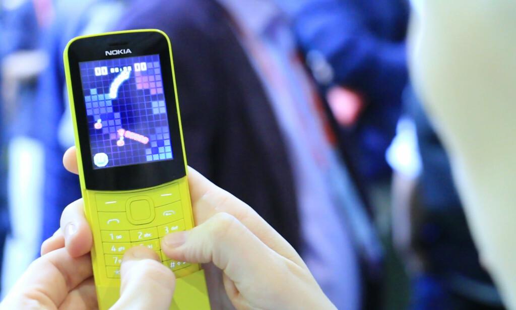 RETROMOBIL: Nokias banantelefon er tilbake, nå også i gult. Og ja, den har snake. Foto: Ole Petter Baugerød Stokke