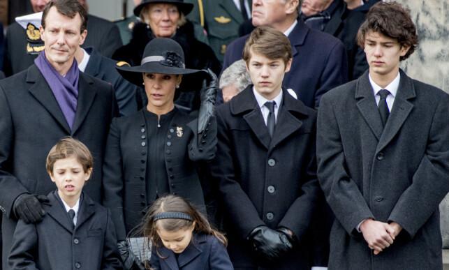 I SORG: Prins Nikolai (til høyre) mistet sin farfar bare noen dager før Burburry-vinsingen. Fra venstre: Prins Joachim, prinsesse Marie og prins Felix. Nederst i bildet finner vi prins Henrik og prinsesse Athena. Foto: NTB scanpix