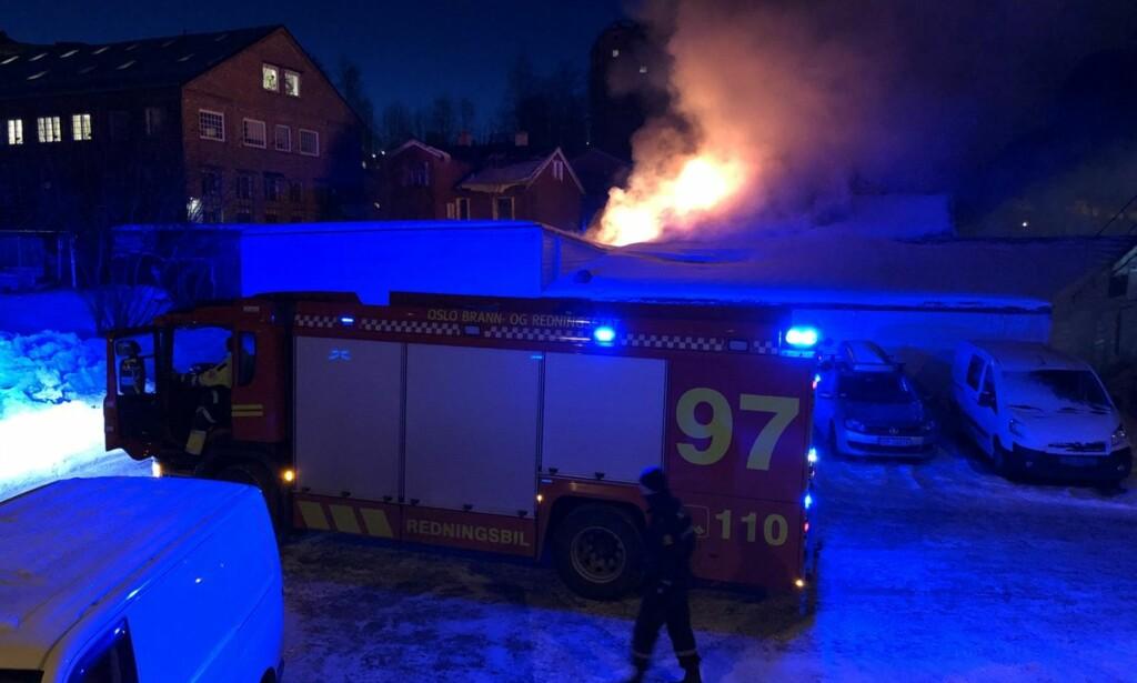 BRANN: Det brenner i et trebygg i Oslo tirsdag morgen. Foto: Oslo 110-sentral