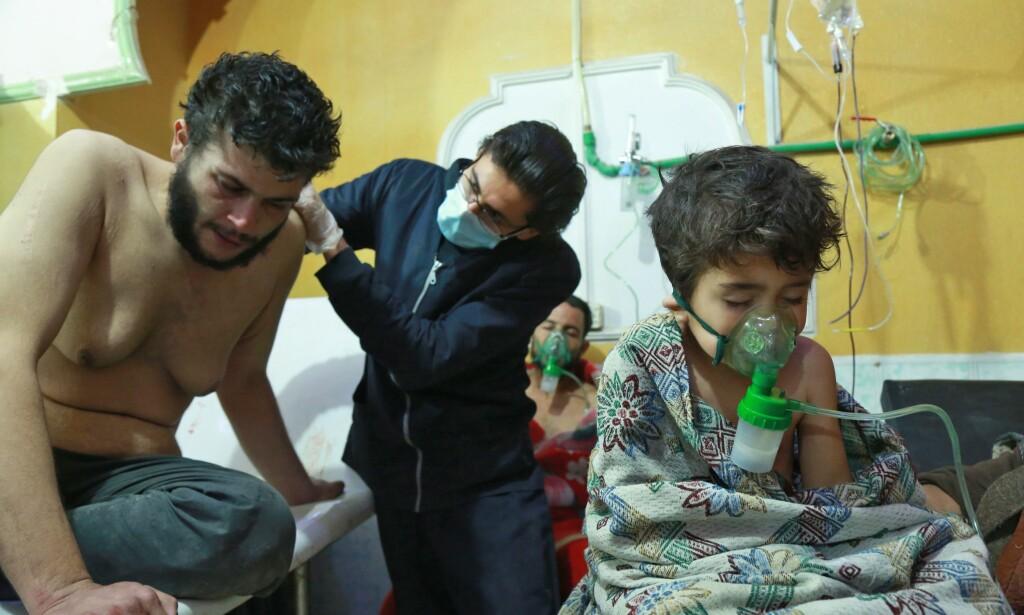 SIVILE OFRE: Syriske barn og voksne mottar behandling etter et mistenkt kjemisk angrep ved en sykehusklinikk i al-Shifuniyah i Øst-Ghouta i utkanten av Damaskus 25. februar. Foto: Scanpix
