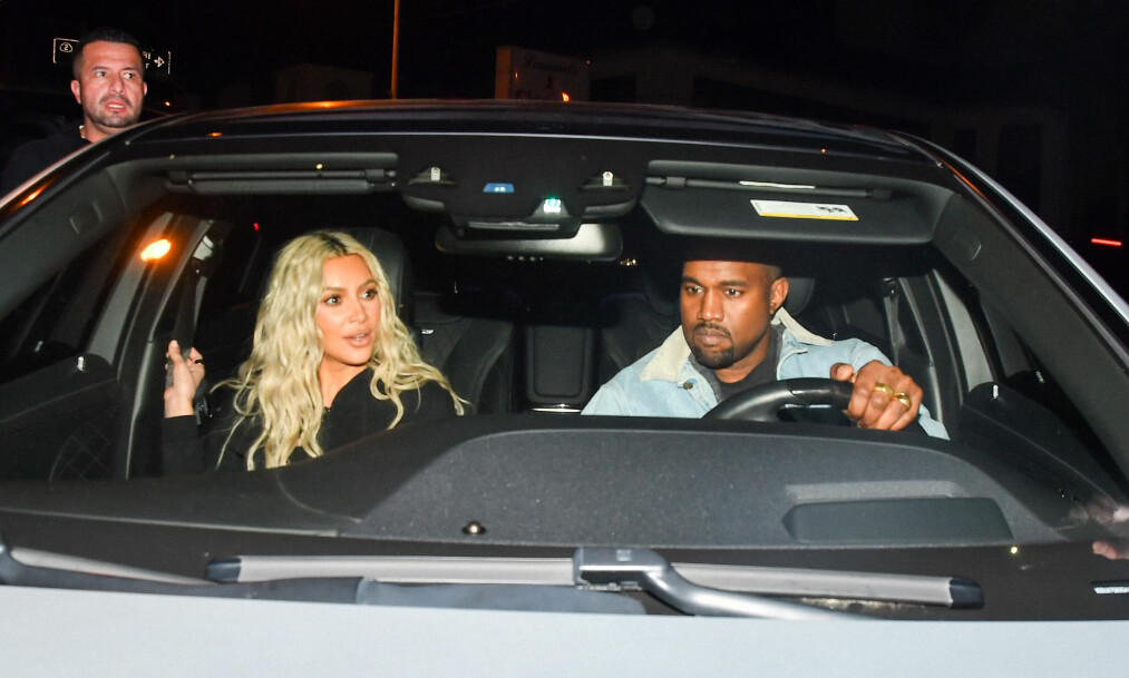 TREBARNSFORELDRE: Ekteparet Kim Kardashian (37) og Kanye West (40) ble nylig foreldre til dattera Chicago. Nå viser mora fram den lille jenta for første gang. Her er Kim og Kanye avbildet sammen tidligere denne måneden. Foto: Splash / NTB Scanpix