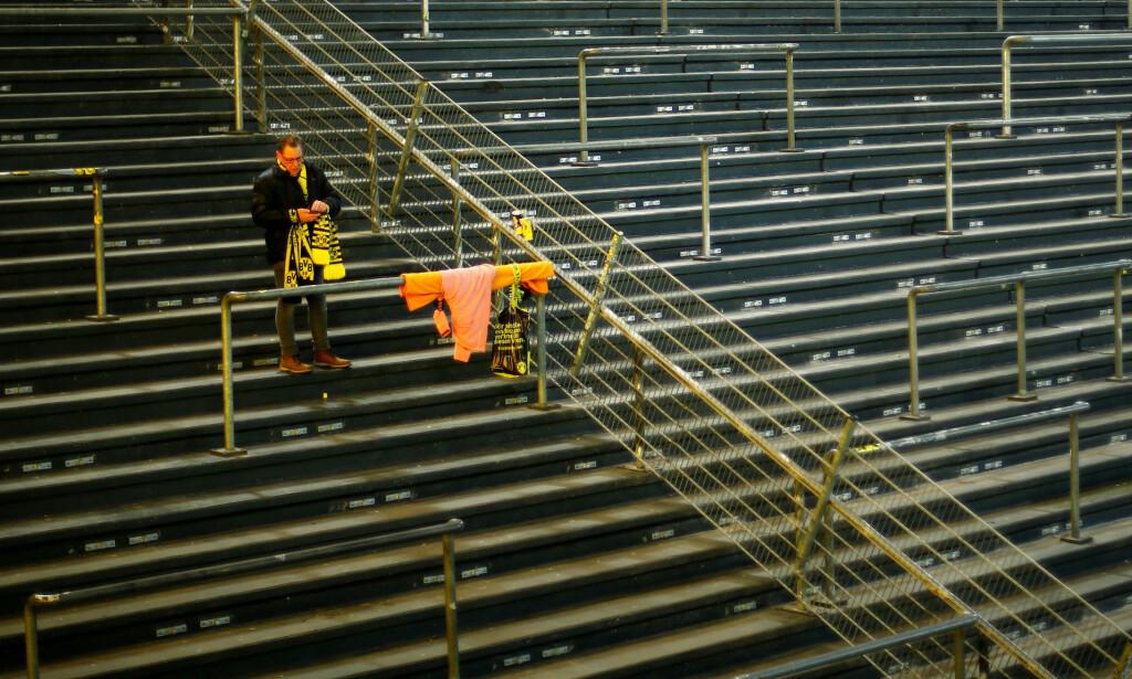 ENSOM: Deler av tribunene var fullstendig tomme som følge av protestaksjonen. Foto: REUTERS/Leon Kuegeler/NTB Scanpix