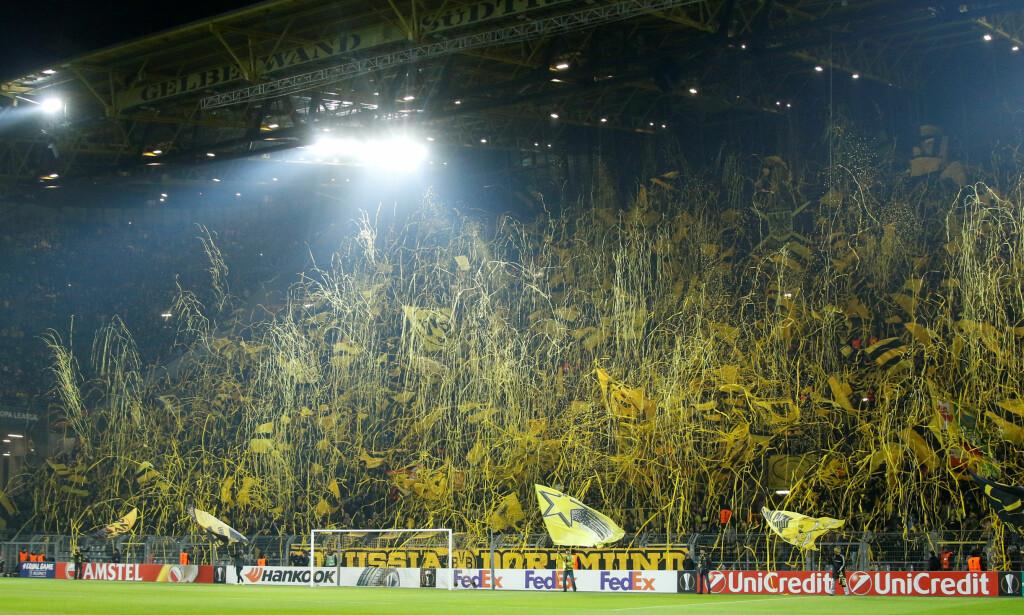 DEN GULE VEGGEN: Slik ser det normalt ut bak det ene målet på stadion. Foto:  REUTERS/Leon Kuegeler/NTB Scanpix