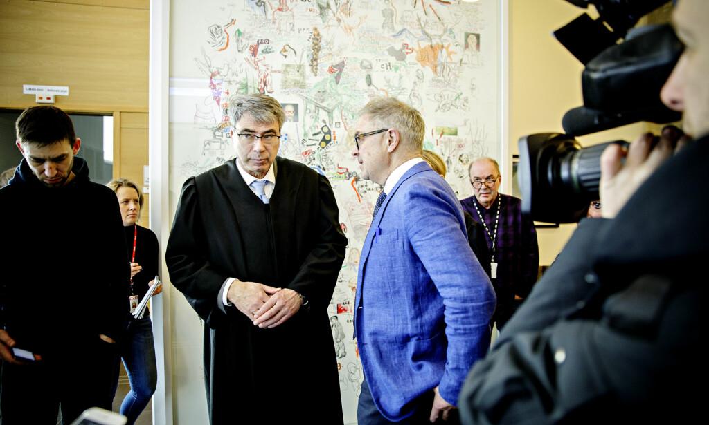 AVVENTER: Aktor Arne Ingvald Dymbe (t.v.) og forsvarer Aasmund Olav Sandland (t.h.) har ikke annet valg enn å avvente tilbakmeldingene fra sykehuset og rettens avgjørelse. Foto: Nina Hansen / Dagbladet