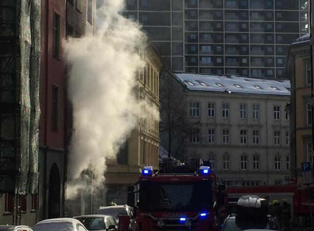 OMFATTENDE SLUKKEARBEID: 22 mann fra brannvesenet jobber med å slukke brannen i Urtegata. Foto: Frank Karlsen / Dagbladet