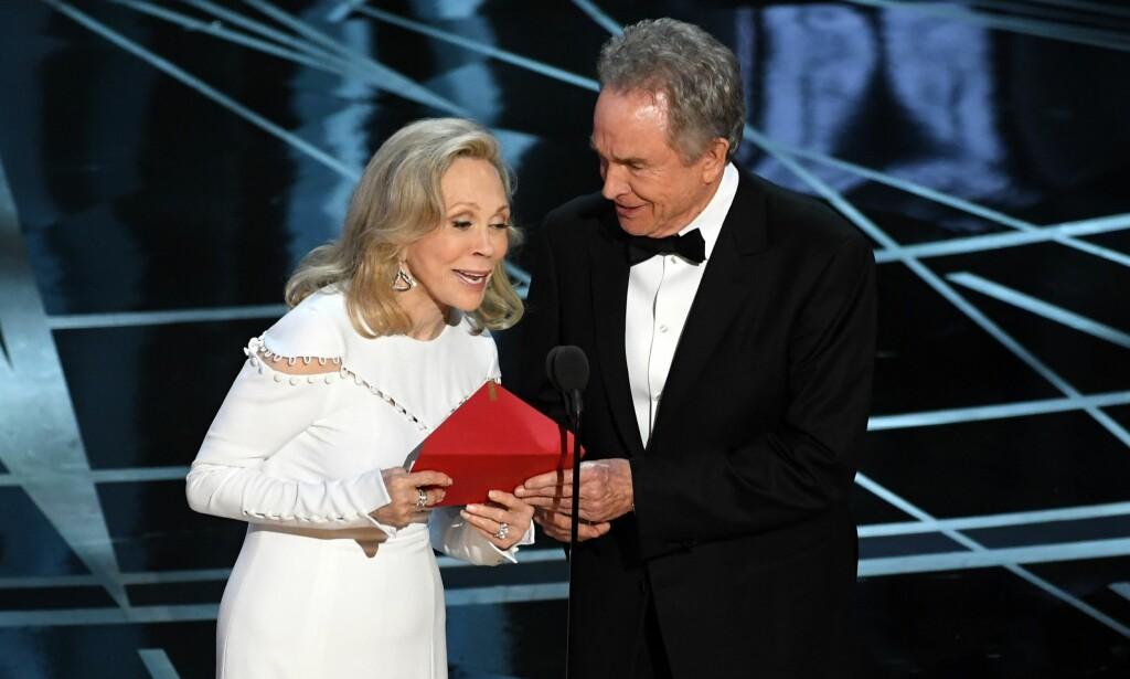 HER SKJER DET: Faye Dunaway leser opp «La La Land» som vinner av Årets film. Foto: NTB Scanpix